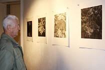 Práce tří studentek ateliéru grafiky Akademie výtvarných umění Praha, Lenky  Falušiové, Aleny Kožené a Evy Vápenkové ve vrchlabské Galerii Morzin.