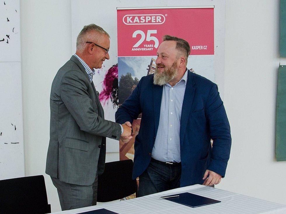 Podpis smlouvy mezi podnikatelem Rudolfem Kasperem a ředitelem Uffa Liborem Kasíkem.
