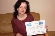 ROČNÍ PŘEDPLATNÉ Krkonošského deníku v podobě symbolického certifikátu převzala ředitelka Domova důchodců ve Dvoře Králové  Ludmila Lorencová.