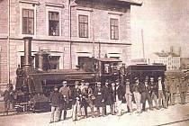 PARNÍ LOKOMOTIVA ETTINGHAUSEN na trutnovském nádraží 21. prosince 1870. Od této chvíle byl Trutnov oficiálně součástí železniční sítě.