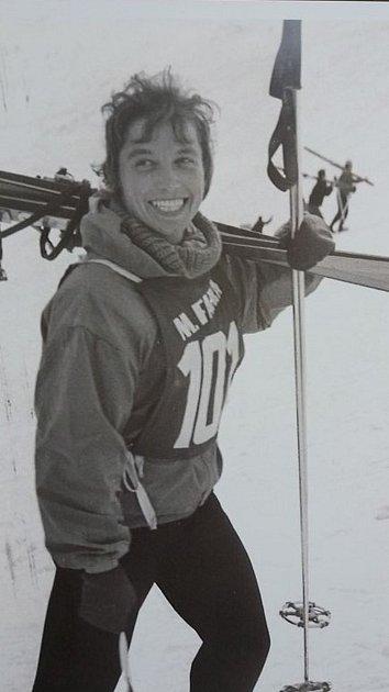 Bývalá československá reprezentantka Magda Černocká-Slavíčková vzpomíná, jak běžně šlapala na závody tři hodiny pěšky slyžemi na ramenou.