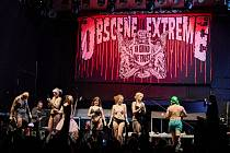 Na obscene extreme nesmí chybět ani vystoupení s háky. Pro páteční hodinové zpoždění se tak show přesunula o den déle na sobotní noc.