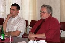 O možnosti otevřít odloučené pracoviště ČVUT na Střední škole informatiky a služeb ve Dvoře přijel jednat děkan elektrotechnické fakulty Boris Šimák (vpravo)