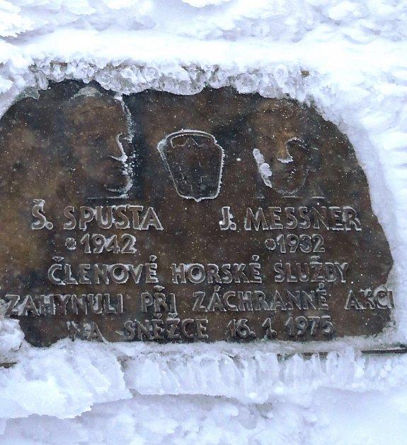 Jan Messner a Štefan Spusta, členové Horské služby, kteří zahynuli při záchranné akci 16.ledna 1975, mají na úbočí Sněžky pamětní desku.