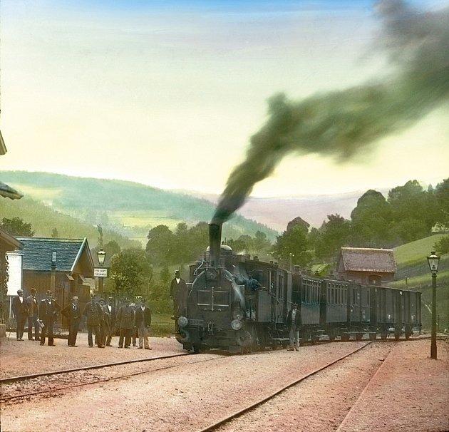 Lokální železniční trať Martinice vKrkonoších - Rokytnice nad Jizerou slaví 120let. Na historickém snímku vlak ve  stanici Jablonec nad Jizerou.