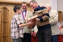 Mladý atlet Jan Pavel přebírá dar z rukou bývalého československého lyžaře Stanislava Henycha. V pozadí starosta Rtyně Zdeněk Špringr.