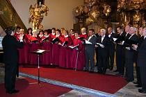 CELÉ PODZIMNÍ VYSTOUPENÍ vrchlabského chrámového sboru bylo věnované 90. výročí vzniku samostatného Československa.