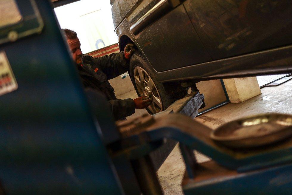 Napilno má v těchto dnech i pneuservis v Černém Dole.