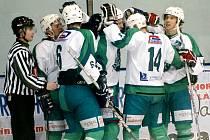 Hokejisté Trutnova se radují z branky.