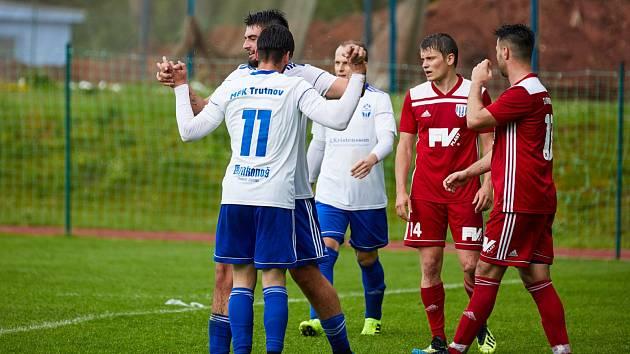 V podkrkonošském derby byli střelecky úspěšnější fotbalisté Trutnova.