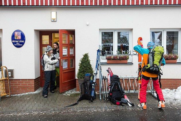 Při prezidentských volbách vlednu 2018chodili lidé kvolbám na lyžích.
