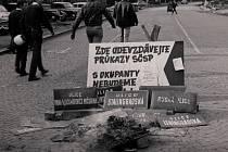 Při okupaci v roce 1968 lidé v Trutnově spontánně strhávali tabulky s ruskými názvy ulic.