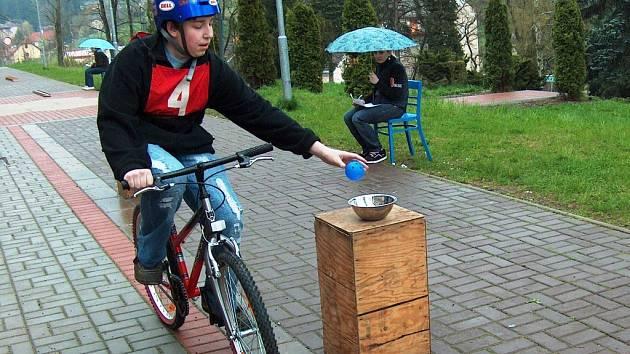DOPRAVNÍ DEN. Děti z úpické školy Lány si vyzkoušely, jak se mají bezpečně pohybovat na kole. Součástí akce s policisty se stala i jízda zručnosti s řadou překážek.