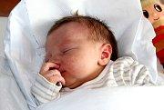 FILIP HŮLEK se narodil Denise a Alešovi 10. září v 10.46 hodin. Vážil 3,19 kg a měřil 48 cm. Doma v Trutnově už na brášku čeká i sestřička Natálka.