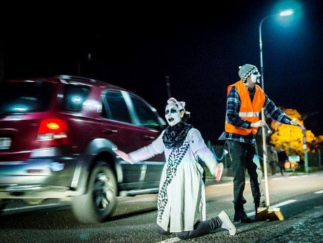 DIVADELNÍ PŘEDSTAVENÍ, které si připravují i pro letošní akci místní divadelníci, se loni stalo přitažlivým momentem Otevřené ulice v Horním Maršově.