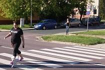 SILNIČNÍ přechody pro chodce bývají ve městech nebezpečné.