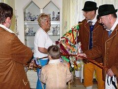 Velikonoce ve Špindlerově Mlýně v podání pánů z folklorního souboru Špindleráček.