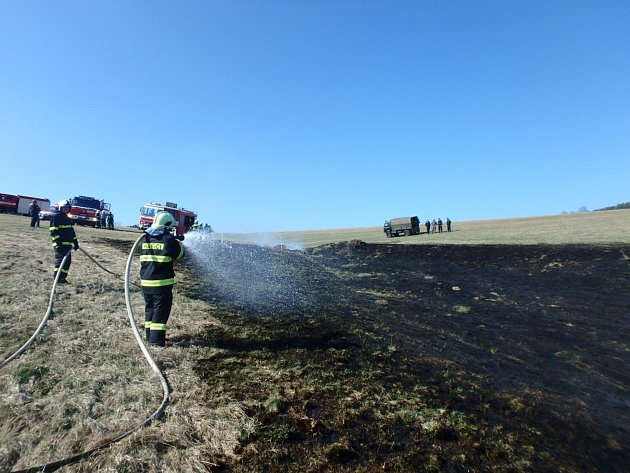 Profesionální hasiči z Trutnova a dobrovolné jednotky z Havlovic, Úpice a Libňatova likvidovali po 15. hodině požár suchého travního porostu na ploše asi 50x70 metrů.
