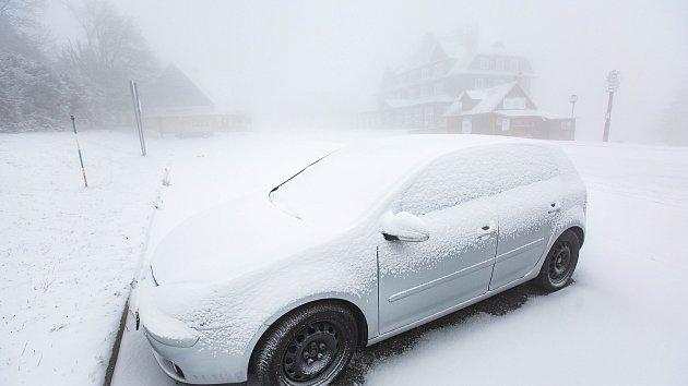 Na Horní Malé Úpě v pondělí 19. listopadu nasněžilo, sněžná děla jsou v provozu.