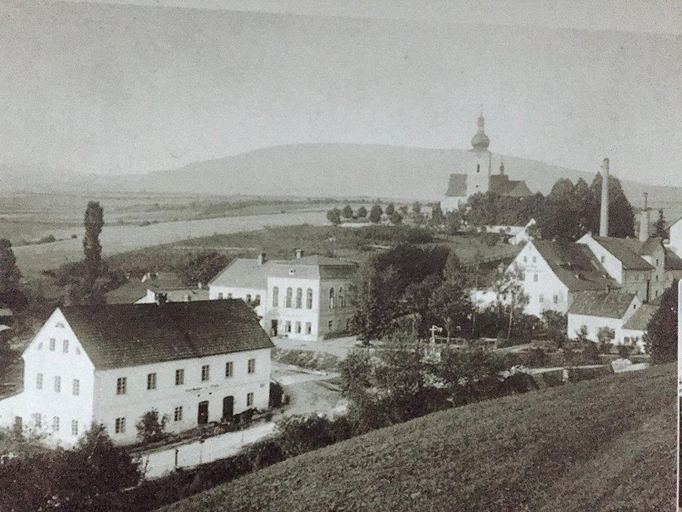 Historické centrum (prostor u zámku a pozdějšího pivovaru) Rudníku, tehdejších Heřmanových Sejfů, na dobových fotografiích.