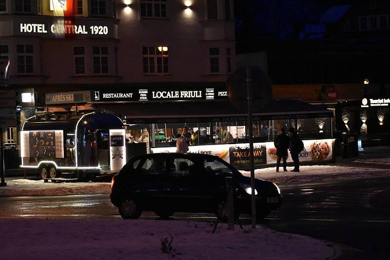 Po setmění vyrazili lidé do centra Špindlerova Mlýna.