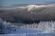 Pohled na zasněžené Krkonoše 15. dubna. Ilustrační foto.