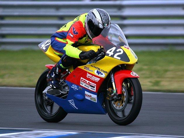 JEDNA ZE ZMĚN, která přišla s nástupem letošní sezony, je viditelná na první pohled – Honda 125 RS GP. Tou další je přesun do Czech road racing junior teamu Karla Peška.
