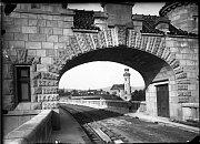 NEPŘEHLÉDNUTELNÉ! Přehrada s bránami a dům hrázného na snímcích z roku 1919. Foto: z archívu Povodí Labe, státní podnik