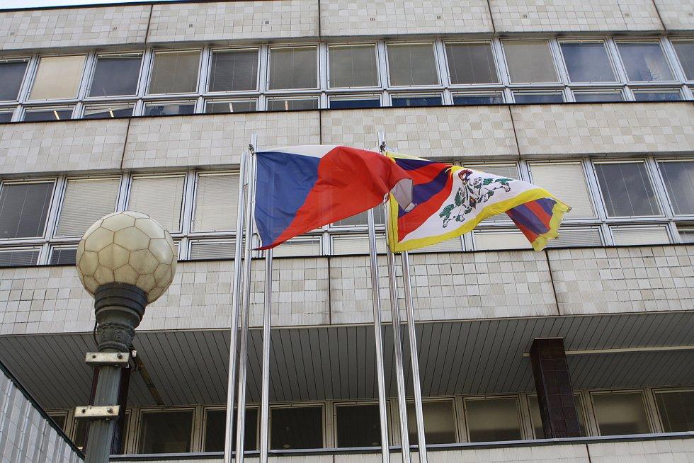 Trutnov dnes ráno vyvěsili před městský úřadem tibetskou vlajku, hned vedle české.