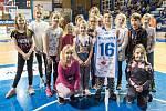 Ženský tým Lokomotivy přišly povzbudit děti z trutnovské basketbalové přípravky, které o přestávce soutěžily o dres, podepsaný ligovými hráčkami.