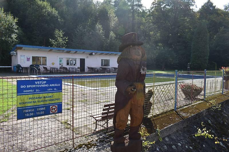 Provozní budova na koupališti v Petříkovicích půjde k zemi. Na jejím místě vyroste nový objekt.