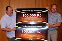 Starosta Jilemnice Vladimír Richter (vlevo) převzal finanční dary městu Jilemnice za krajské i celostátní vítězství v uplatňování Programu regenerace památkových zón.
