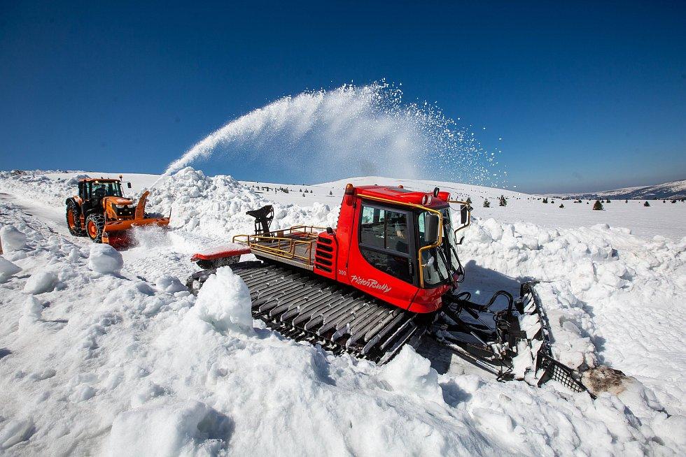 Mezi chatou Výrovka a Luční boudou v Krkonoších řádily rolba a fréza, které rozhrnovaly sníh z cesty. Mantinely sněhu dosahovaly až pěti metrů.
