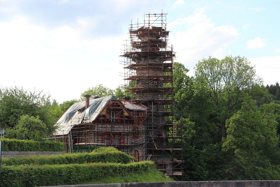 POD LEŠENÍM. Přehrada Les Království se proměňuje, provoz na hrázi je však omezený jen lehce.