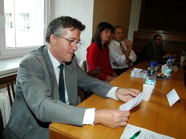 ŠKOLY ZASPALY DOBU.  S nadsázkou to na čtvrtečním setkání představitelů průmyslových firem a zákaldních škol v Trutnově uvedl zástupce Škoda Auto Vrchlabí  Jiří Severýn.