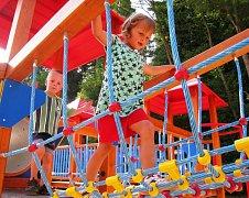 HERNÍ PRVKY na novém hřišti v Úpici děti baví.