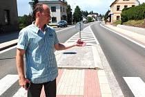 """PRVNÍ ÚSEK rekonstruované silnice skončil u kostela. """"Odtud se bude brzy pokračovat dál, ve třech etapách,"""" říká starosta Studence Jiří Ulvr."""
