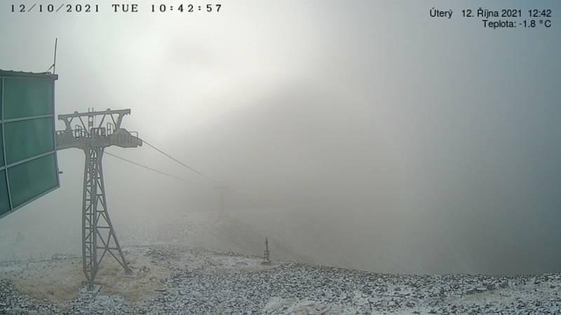 Na Sněžce napadl v úterý ráno první sníh.