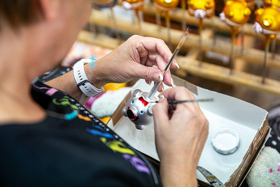 Výroba vánočních ozdob ve Dvoře Králové nad Labem ve firmě Ozdoba CZ. Letos tam vyrábějí zlaté prasátko s rouškou.