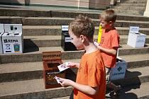 Naučit se třídit odpad a ještě vyhrát ceny mohli v sobotu návštěvníci Zoologické zahrady Dvůr Králové, kteří se u letohrádku zúčastnili programu společnosti Rema Systém.