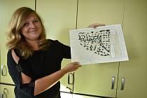 Starostka Mladých Buků Lucie Potůčková s původním modelem obytné zóny z roku 2003, sestaveným z pepřových kuliček.