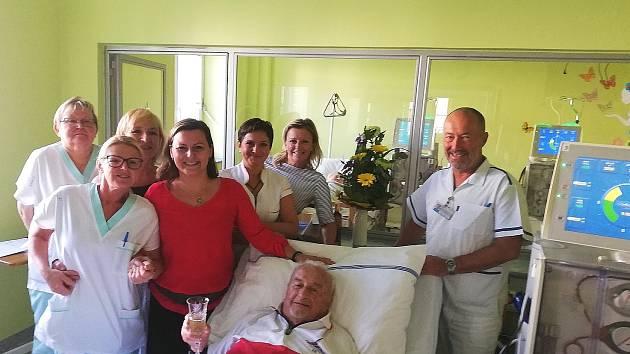 Tým hemodialyzačního střediska trutnovské nemocnice poblahopřál Josefu Křechovi k 95. narozeninám.