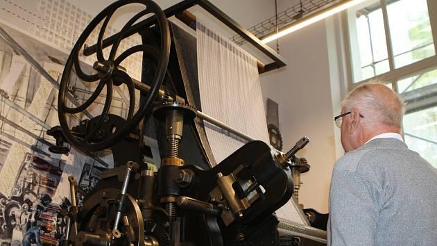 Otevření odloženo. Expozice textilního tisku, kterou zaplnily i historické stroje, si musí na první návštěvníky ještě počkat.