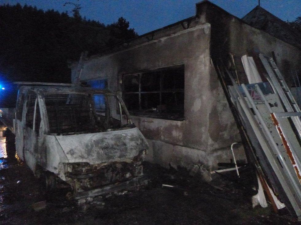Požár dodávky a garáže ve Svobodě nad Úpou.