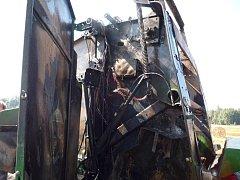 Hasiči zasahovali u požáru balíků slámy na lisovacím stroji ve Studenci.