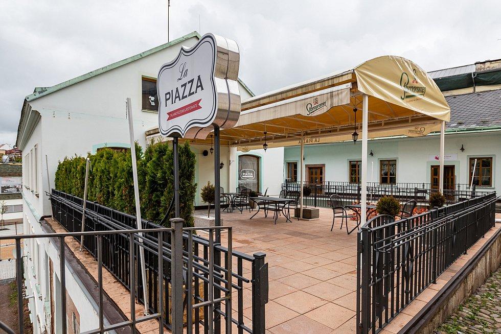Pizzeria La Piazza v centru Trutnova.