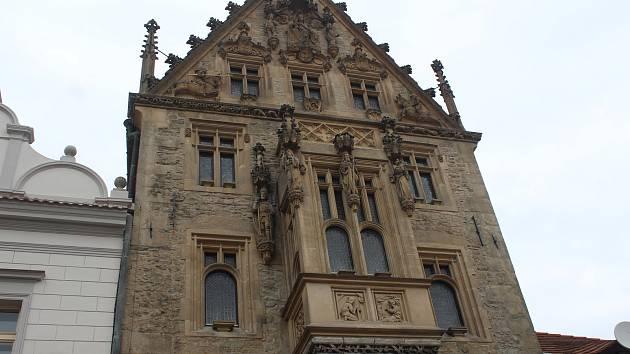 Fasádu Kamenného domu chrání před holuby speciální bodla.