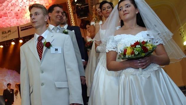 Před svatební oltář chodí čím dál tím méně snoubenců.