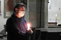 Z pobožnosti Cesta světla v kostele sv. Petra a Pavla v Čáslavi s farářem Zdeňkem Skalickým.