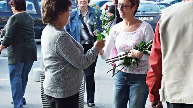 Náměstkyně středočeského hejtmana Zuzana Moravčíková při rozdávání oranžových růže u příležitosti Dne matek.